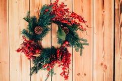 Красивая смертная казнь через повешение венка на деревянной двери Стоковое Фото