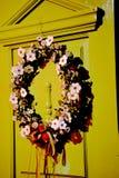 Красивая смертная казнь через повешение венка цветка на двери Стоковая Фотография