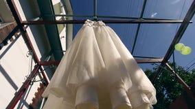 Красивая смертная казнь через повешение платья свадьбы на предпосылке красивого ландшафта горы Балкон деревянных балок Брайна Пла сток-видео