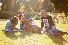Красивая смеясь над семья из трех человек играя в парке с thei Стоковое Изображение