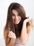 Красивая смеясь над девушка с длинными волосами Стоковое Изображение