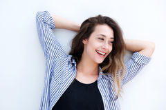 Красивая смеясь над женщина стоя с руками за головой Стоковые Фотографии RF