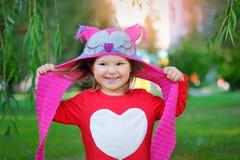 Красивая смеясь над маленькая девушка малыша в красном пальто стоковое фото