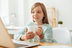 Красивая совершенная девушка наслаждаясь некоторым теплым чаем Стоковые Изображения