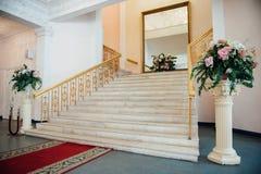 Красивая современная просторная квартира, взгляд лестницы стоковое фото