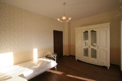 Красивая спальня в белых тонах Стоковые Изображения