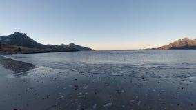 Красивая спокойная синь развевает ударяющ белый, который замерли песчаный пляж в последней осени сток-видео