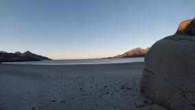 Красивая спокойная синь развевает ударяющ белый, который замерли песчаный пляж в последней осени в Полярном круге с глубокими гор акции видеоматериалы