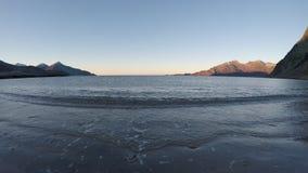 Красивая спокойная синь развевает ударяющ белый, который замерли песчаный пляж в последней осени видеоматериал