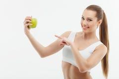 Красивая спортсменка ест естественные витамины Стоковое Изображение RF