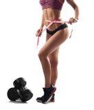 Красивая спортсменка измеряя ее тело после разминки Стоковые Изображения