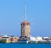 Красивая средневековая ветрянка гавани Mandraki в Родосе как величественные напоминания времен, Греция Стоковая Фотография RF