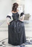Красивая средневековая женщина в длинном платье, заднем Стоковое Фото