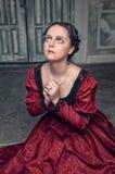 Красивая средневековая женщина в красном платье моля Стоковые Фотографии RF
