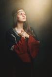Красивая средневековая женщина моля стоковое изображение rf