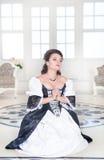 Красивая средневековая женщина моля Стоковое фото RF