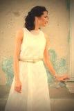 Красивая средн-постаретая женщина в белом платье Стоковая Фотография