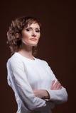 Красивая средн-постаретая модель представляя в белой блузке Стоковое фото RF