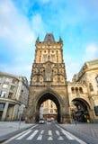 Красивая старая башня порошка, Прага, чехия Башня порошка ворот которое водит через старый городок Стоковая Фотография