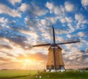 Красивая старая голландская ветрянка против красочного неба Стоковая Фотография
