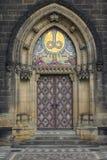 Красивая старая дверь в старом городке Праги стоковое изображение