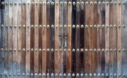 Красивая старая деревянная дверь с железным орнаментом стука Стоковые Фотографии RF