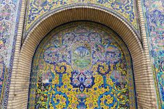Красивая старая украшенная крася мозаика на стене Golestan Стоковые Изображения