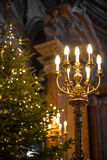 Красивая старая люстра в церков с рождественской елкой на предпосылке стоковые изображения