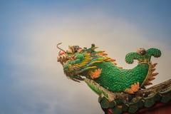 Красивая статуя рыб дракона на крыше китайского виска Стоковые Изображения RF