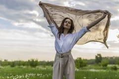 Красивая стильная девушка нося ультрамодную белую рубашку, бежевое trous стоковые фото