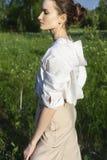 Красивая стильная девушка нося ультрамодную белую рубашку, бежевое trous стоковые фотографии rf