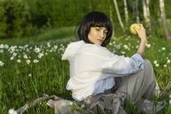 Красивая стильная девушка нося ультрамодную белую рубашку, бежевое trous стоковое фото rf