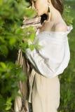 Красивая стильная маленькая девочка нося ультрамодную белую рубашку, бежевую стоковая фотография