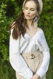 Красивая стильная маленькая девочка нося ультрамодную белую рубашку, бежевую стоковые фотографии rf