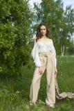 Красивая стильная маленькая девочка нося ультрамодную белую рубашку, бежевую стоковые изображения