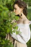 Красивая стильная маленькая девочка нося ультрамодную белую рубашку, бежевую стоковое фото