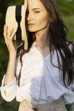Красивая стильная маленькая девочка нося ультрамодную белую рубашку, бежевую стоковое изображение rf