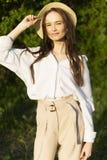 Красивая стильная маленькая девочка нося ультрамодную белую рубашку, бежевую стоковая фотография rf