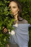 Красивая стильная маленькая девочка нося ультрамодную белую рубашку, бежевую стоковые изображения rf