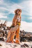 Красивая стильная модель boho имея потеху outdoors на заходе солнца стоковое фото rf