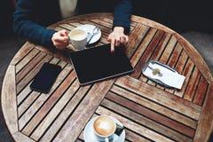Красивая стильная женщина в костюме сидя на террасе офиса и выпивая кофе в вашем перерыв на ланч Стоковое Фото