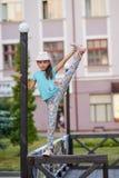 Красивая стильная маленькая девочка показывает циркаческие тренировки на ба Стоковое Изображение RF