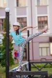Красивая стильная маленькая девочка показывает циркаческие тренировки на ба Стоковая Фотография RF