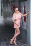 Красивая стойка молодой женщины самостоятельно на внешнем моле Стоковые Изображения