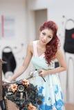 Красивая стойка молодой женщины самостоятельно на внешнем моле Стоковая Фотография