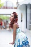 Красивая стойка молодой женщины самостоятельно на внешнем моле Стоковое Изображение RF