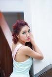 Красивая стойка молодой женщины самостоятельно на напольном моле Стоковые Изображения RF