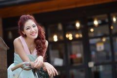 Красивая стойка молодой женщины самостоятельно на напольном моле Стоковое фото RF