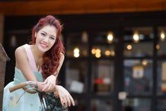 Красивая стойка молодой женщины самостоятельно на напольном моле Стоковое Фото