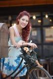 Красивая стойка молодой женщины самостоятельно на напольном моле Стоковое Изображение RF